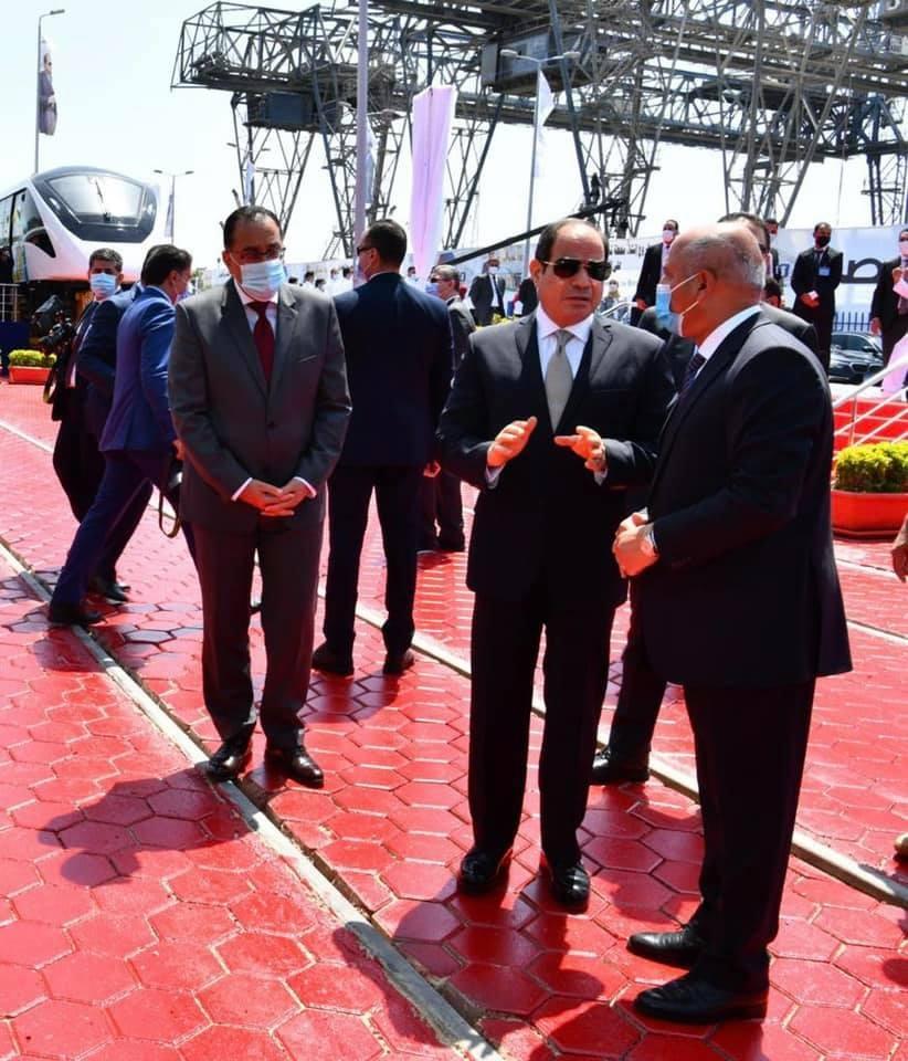الرئيس السيسي يتفقد عربات القطارات الجديدة بميناء الإسكندرية