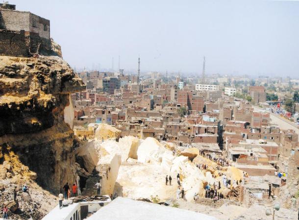أجهزة منشأة ناصر تزيل التعديات على المقابر بالأوتوستراد