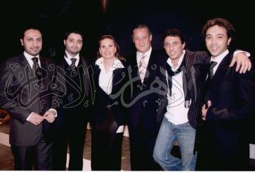 فاروق الفيشاوى وسط مجموعة من الممثلين .